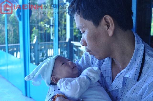 Em bé bị văng ra khỏi bụng mẹ luôn được cha quan tâm và chọc cười