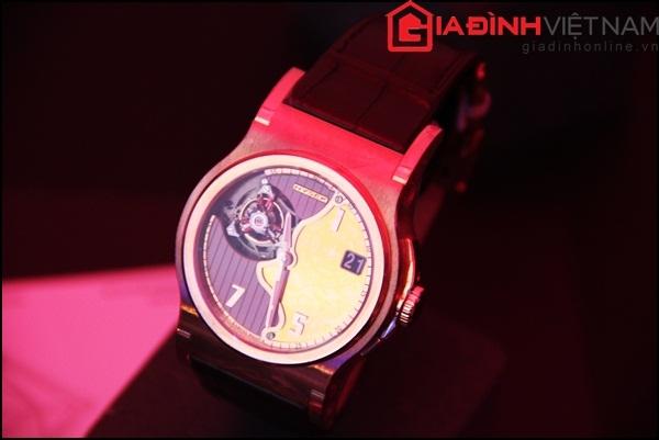 Chiếc đồng hồ này được chế tác hoàn toàn bằng phương pháp thủ công tại một xưởng riêng biệt.