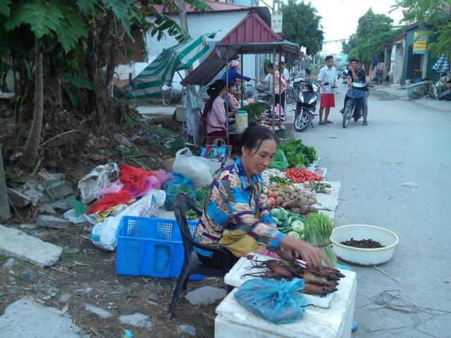Chợ thường họp vào lúc 3h chiều, khi những người làng đi săn chuột đồng đã về cho đến khi các nhà lên đèn - khoảng 7h tối, không còn khách đến chợmua thịt chuột.