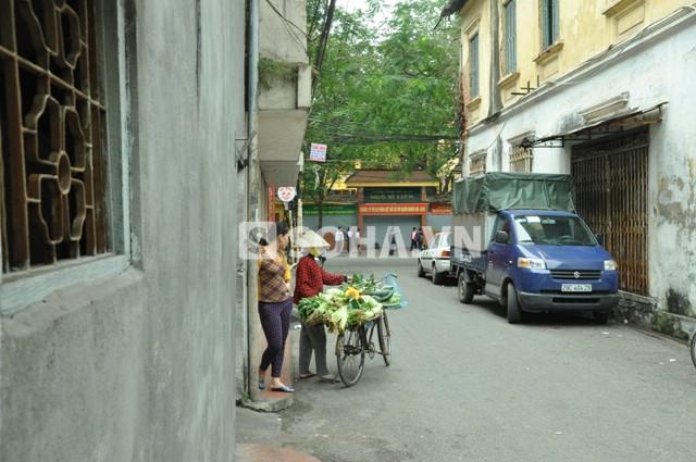 Đầu đường Nguyễn Chế Nghĩa thông ra đường Hàm Long (Ảnh chụp tại vị trí đối diện căn biệt thự 12 Nguyễn Chế Nghĩa)