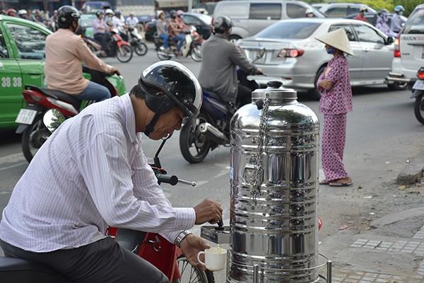 Những tấm biển thông báo ấm áp tình người giữa Sài Gòn hoa lệ 2