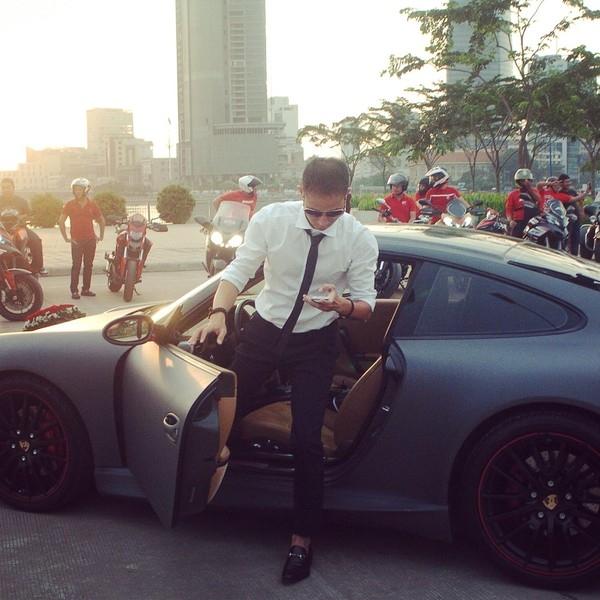 Xe đón dâu là chiếc Porsche 911 Carrera S (Giá 6,4 tỷ ở Việt Nam)