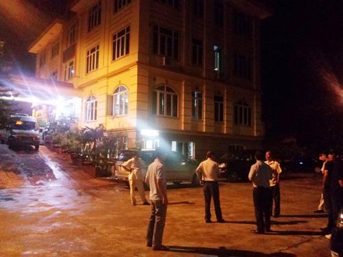 Lực lượng cảnh sát của Bộ Công an đang khám xét, bắt giữ bên trong trụ sở Công ty TNHH Đại An vào tối 13-8