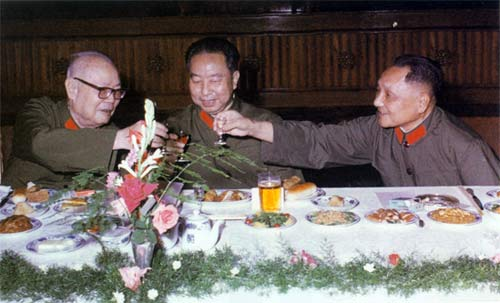 Đặng Tiểu Bình (phải), Hoa Quốc Phong, Diệp Kiếm Anh.