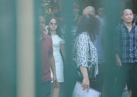 Khi đến tòa án nhân dân TP. Hà Nội tham dự buổi xét xử, bà Đặng Ngọc Lan không bao giờ đi một mình đến dự tòa mà thường đi cùng một nhóm khoảng trên ba người.