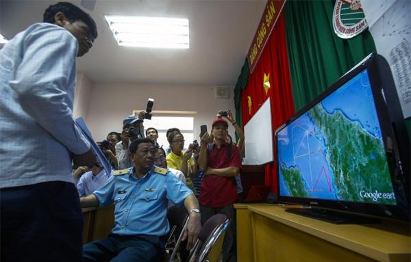 Phó Tư lệnh Không quân Việt Nam trong một cuộc họp báo về việc tìm kiếm máy bay mất tích MH370 tại sân bay Phú Quốc.