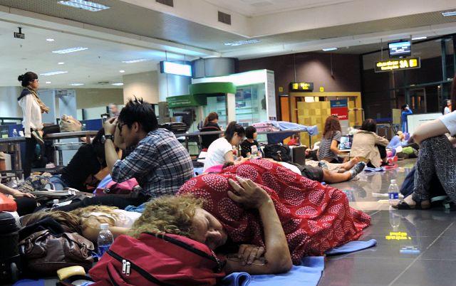 Cảnh hành khách nằm ngủ la liệt tại sân bay Nội Bài do chậm, hủy chuyến bay (ảnh Songmoi).