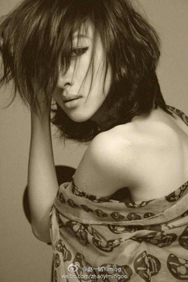 Vẻ ngoài quyến rũ của Yiming khi giả gái khiến nhiều người mê mẩn.