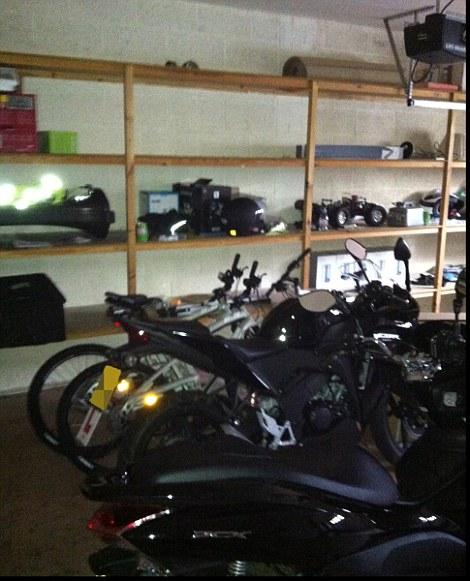 Nhà để xe của Balotelli với xe máy, xe đạp núi xe ô tô điều khiển từ xa và đồ chơi cậu bé khác