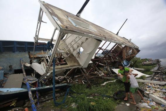 Gió bão phá hủy một ngôi nhà.