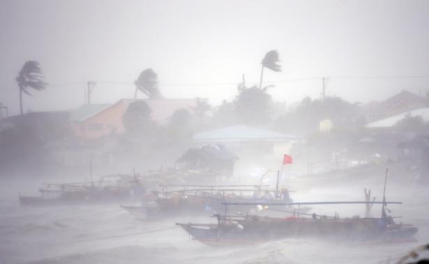 Bão Rammasun đổ bộ vào bờ biển thị trấn Imus.