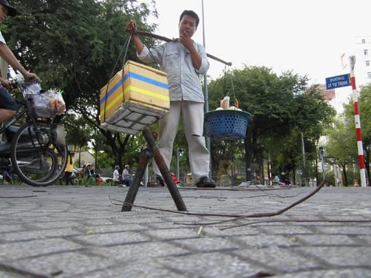 Những cọc sắt này dài từ 5-10 cm đang trở thành nỗi ám ảnh với người đi bộ trên vỉa hè, đặc biệt là các du khách nước ngoài.
