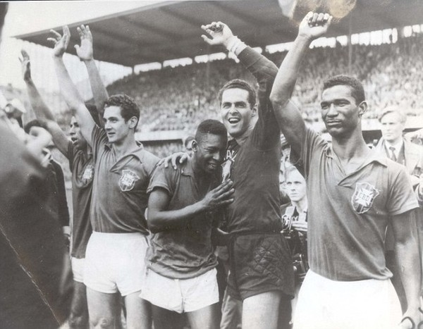 Trò chơi khăm của Pháp và Đức không thể làm mờ đi màn trình diễn sáng chói của Pele trong trận Chung kết, giúp Brazil lần đầu tiên giành Cúp vàng thế giới