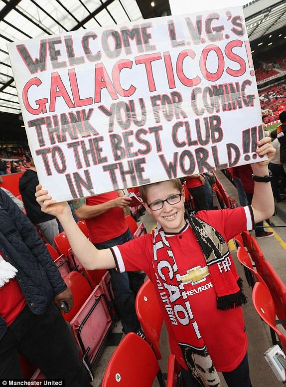 Một fan nhí vẫn hết lòng ủng hộ HLV Van Gaal