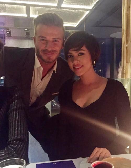 Một mỹ nhân khác của làng giải trí có cơ hội diện kiến David Beckham tại Sài Gòn là Á hậu Hoàng My. Cô chia sẻ ngắn gọn về danh thủ người Anh: He is charming (Anh ấy thật quyến rũ! - PV).