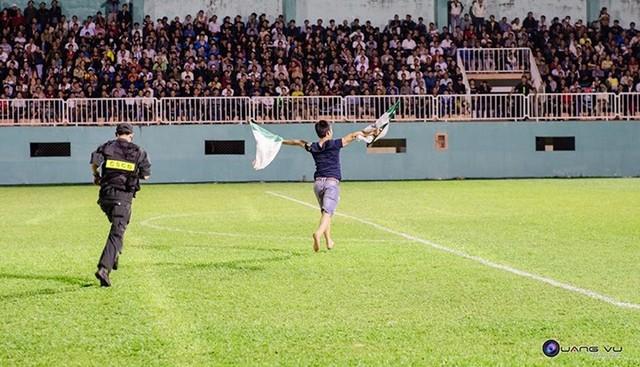 Một fan cuồng mới đây còn chạy vào sân khi HAGL đang thi đấu