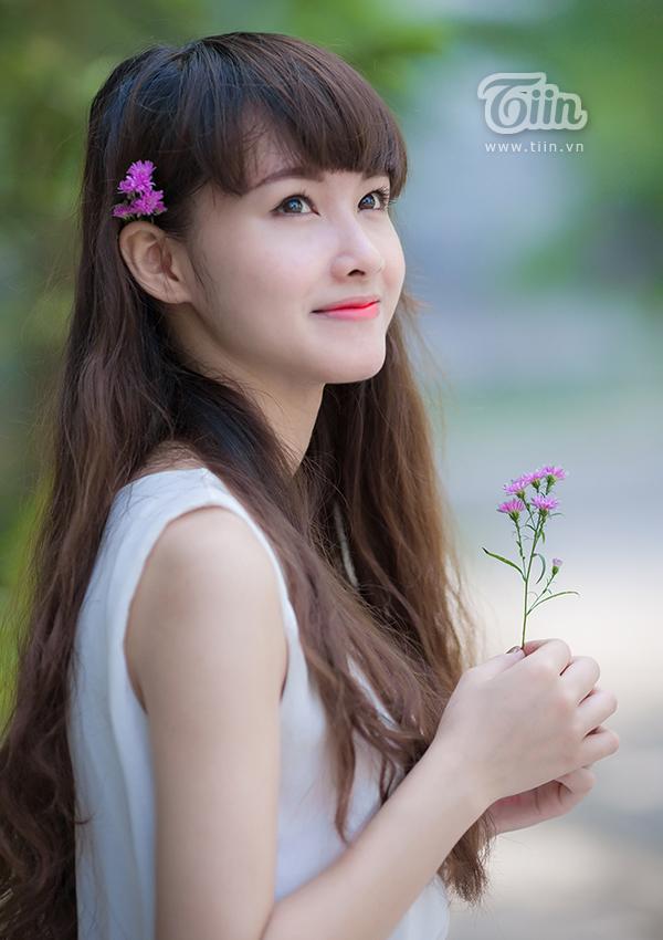 Vẻ đẹp mong manh, ngây thơ của nữ sinh Hà thành khiến nhiều trái tim liêu xiêu.