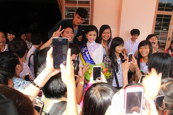 Khi đến gặp gỡ các bạn sinh viên, Diễm Trang hạnh phúc bởi nhận được sự quan tâm, yêu mến của rất nhiều người.