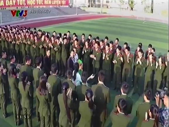 Gần 1700 sinh viên Học viện An Ninh có mặt để chào đón sự xuất hiện của bố mẹ Vừ Mí Kỵ