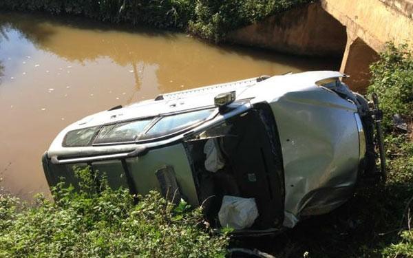 Tại hiện trường, chiếc xe lật nghiêng trên bờ cỏ sát bên nhà dân, một phần đuôi xe chìm dưới nước. Phần đầu xe bị hư hỏng khá nặng, bánh xe cùng gầm trước mui xe bị vỡ, rơi ra ngoài.