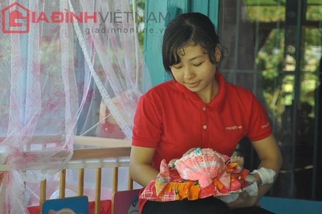 Chị Kim Quanh là người luôn quan tâm, chăm sóc Quốc Huy ngay từ ngày đầu bé nằm viện
