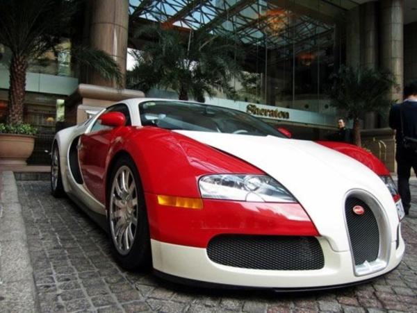 chiếc Bugatti Veyron màu đỏ - trắng duy nhất tại Việt Nam hiện nay.