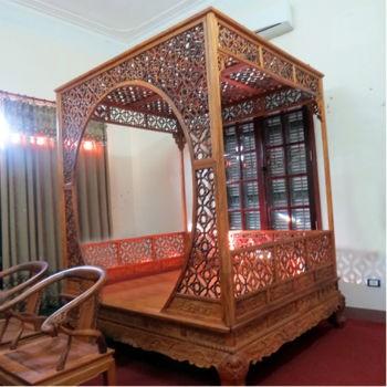"""Chiếc giường được làm từ gỗ huỳnh đàn đỏ nguyên khối của Minh """"sâm"""", theo ước tính trị giá rơi vào khoảng 2,5 triệu USD (khoảng 50 tỷ đồng)."""