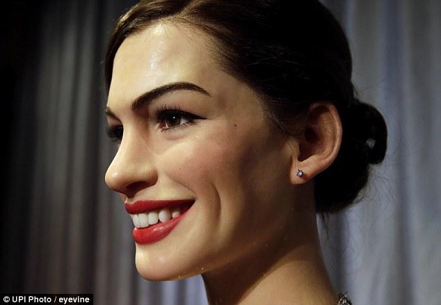 Cận cảnh khuôn miệng rộng đến mang tai của bản sao Anne Hathaway