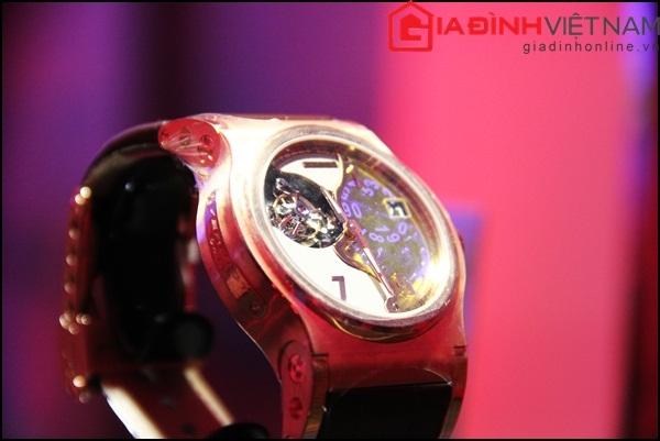 Cùng chung cảm hứng thiết kế trong dòng Verdict Tourbillon, mẫu đồng hồ này có thiết kế lộ cơ qua lớp kính sapphire màu xanh thay vì lớp kính sapphire trong suốt