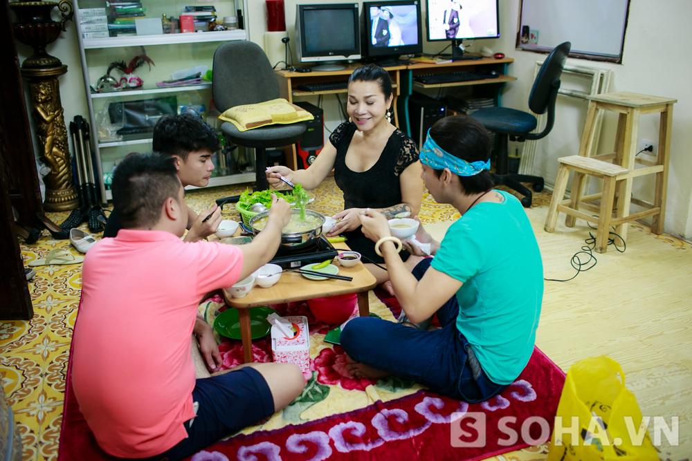 Niềm hạnh phúc của gia đình Lê Duy vào thời điểm cuối ngày. Trong căn nhà 80m2 của chị, dường như niềm hạnh phúc, sự ấm áp luôn hiện hữu.