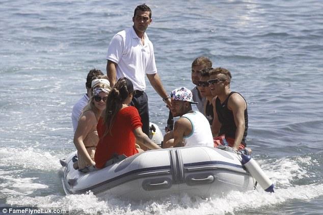 Neymar liệu có sinh hoạt điều độ khi đám bạn này vây quanh?