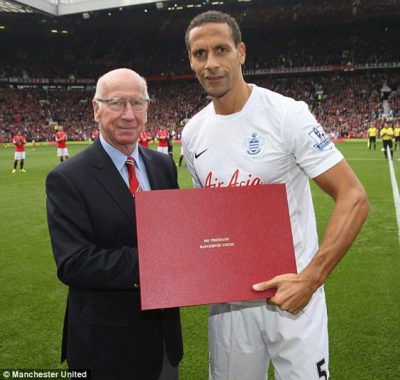 Sir Bobby Charlton trao chứng nhận Mãi mãi là Quỷ đỏ cho Rio Ferdinand, người đã chuyển đến QPR