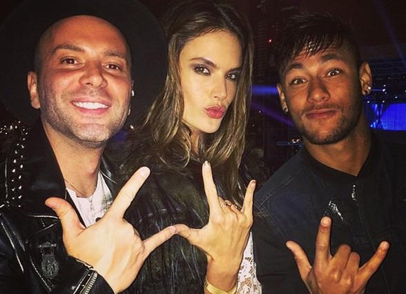 Neymar vui thú ở Milan, Italia