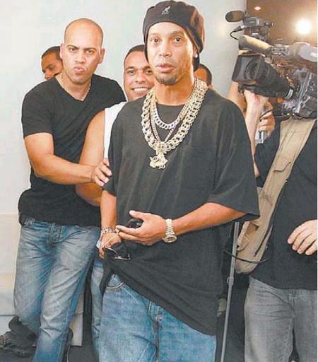 Ronaldinho với bộ dây chuyền, lắc tay bằng vàng nặng trịch