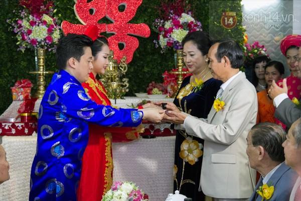 Dù ở góc nhìn nào, mẹ Yến Phương cũng toát lên vẻ sang trọng, lịch lãm.