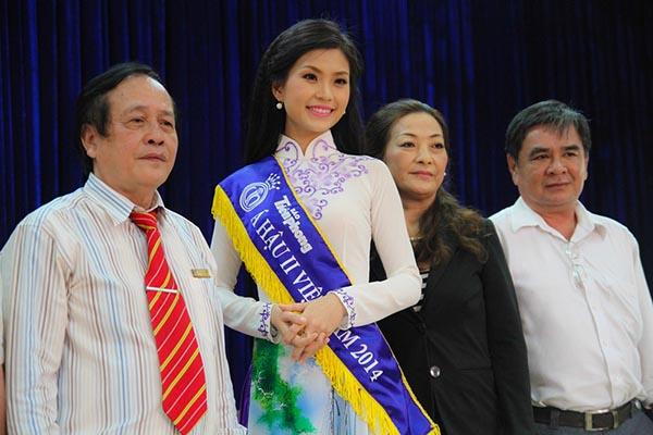 Trước đó, Diễm Trang được bố mẹ hộ tống đi giao lưu, trò chuyên với lãnh đạo, sinh viên trường Đại học Cửu Long.