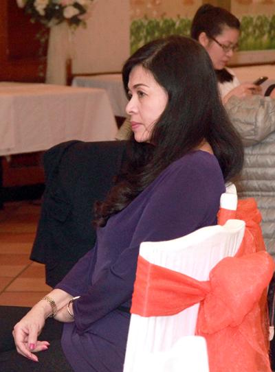 Làm vợ Chế Linh năm 18 tuổi, bà Vương Nga phải chịu khá nhiều thiệt thòi. Bởi, khi ấy, Chế Linh đã qua 3 lần đò và có tới hơn chục đứa con lớn nhỏ.