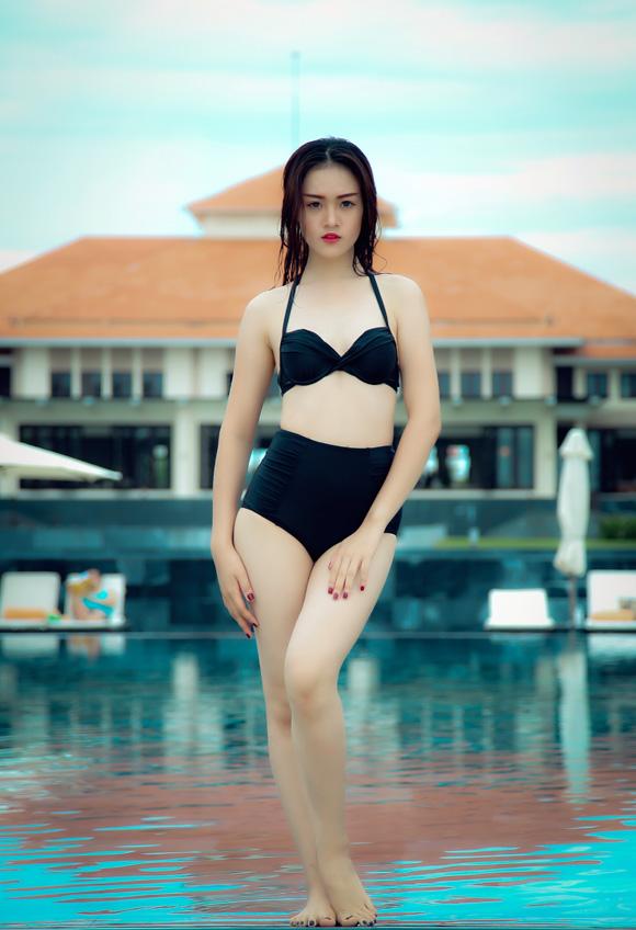 Chân dài 9X diện bikini gợi cảm lay động biển khơi