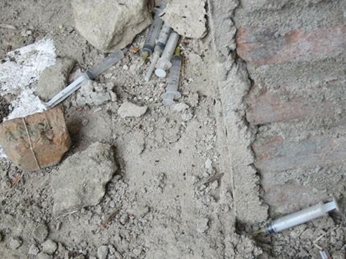 Kim tiêm bị vứt bừa bãi trên cầu bộ hành Văn Thán
