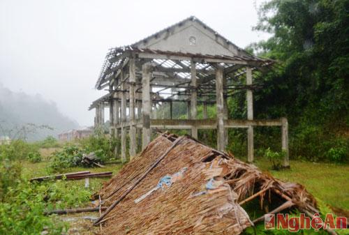 Những ngôi nhà đang được làm giang dở nhưng từ hai năm nay không được thi công tiếp.