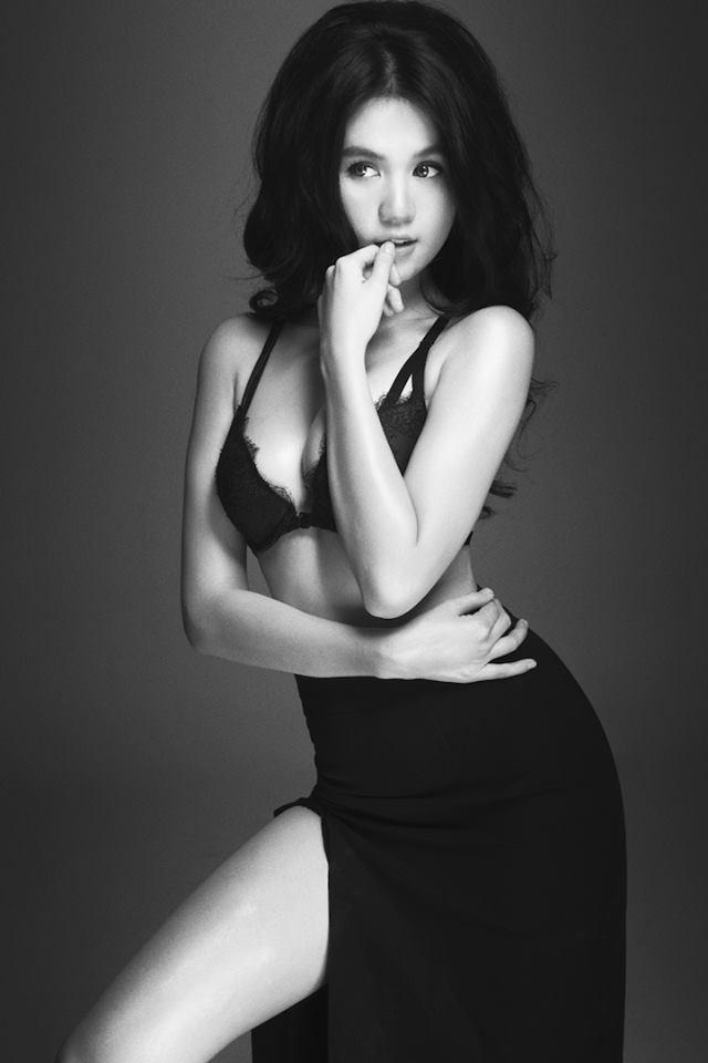 Sau khi làm chao đảo công chúng bằng loạt ảnh bán nude trên bãi biển Nha Trang, Ngọc Trinh lại tiếp tục cho ra mắt loạt ảnh nội y hấp dẫn khó cưỡng.