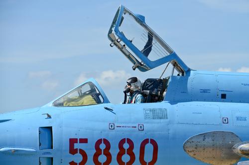 Phi công lên buồng lái chuẩn bị bay.