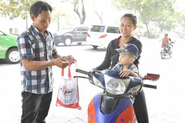 Đến 12h trưa, Thúy An, dù đang mang thai 3 tháng, vẫn ngon lành chở nhóc Khang mang cơm cho ba Tài.