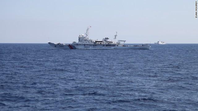 Tàu hải cảnh Trung Quốc nhìn từ tàu Cảnh Sát Biển Việt Nam.