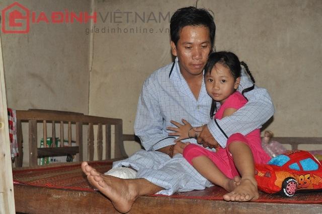 Bé Huyền luôn mơ một ngày nào đó cha mình (Nguyễn Văn Nam) và Quốc Huy sẽ được mọc lại chân và mẹ từ trên trời sẽ về đoàn tụ với cả gia đình
