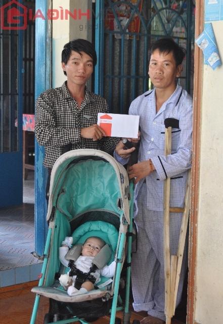 Đại diện báo điện tử Gia đình Việt Nam xuống trao quà, thăm hỏi động viên, chia sẻ cùng gia đình anh Nam nhân đám tuần (49 ngày) của mẹ Quốc Huy