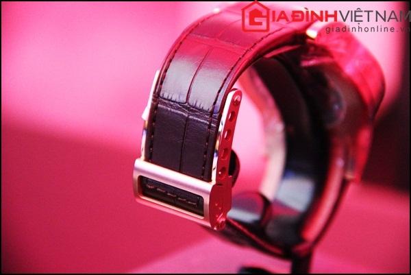 Riêng phân dây đeo được thiết kế bằng chất liệu da cá sấu với những may tinh tế, sang trọng và chắc chắn với loại khóa gập.