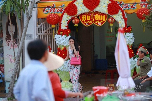 Thủy Tiên liên tục che mặt khi rời khỏi nhà ở Kiên Giang 5