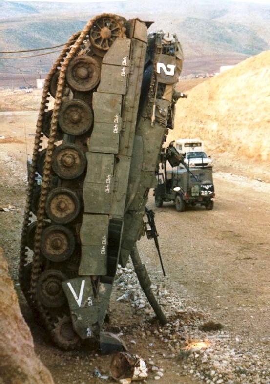 Merkava Mk1 của Israel rơi thẳng đứng chọc nòng pháo xuống mặt đường