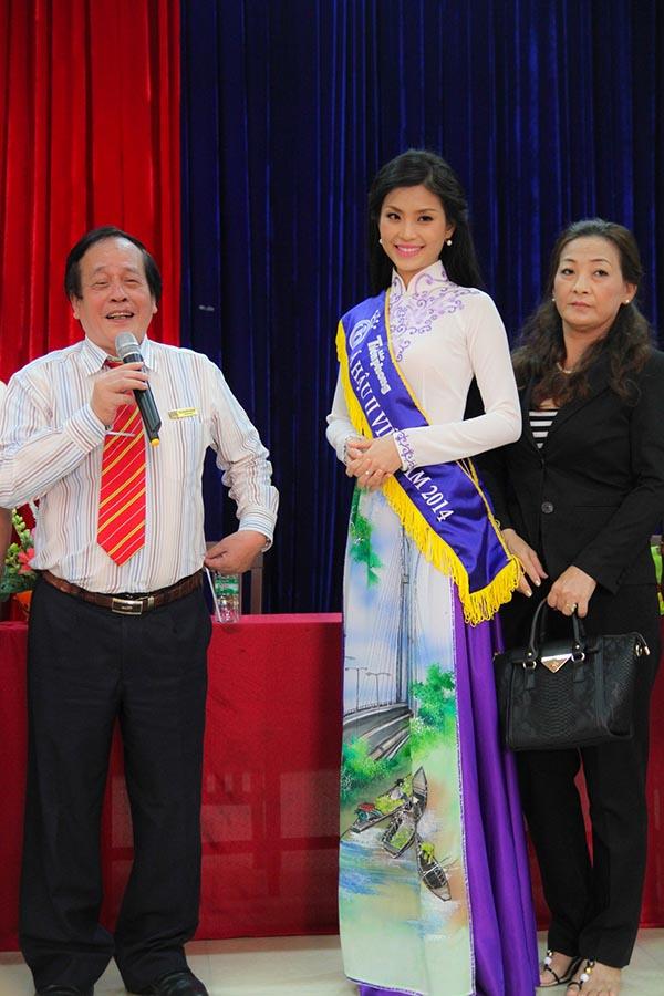 Ngay khi xuất hiện, Diễm Trang được lãnh đạo trường chào đón nồng nhiệt và gửi lời chúc mừng vì đạt được danh hiệu lớn tại Hoa hậu Việt Nam 2014.